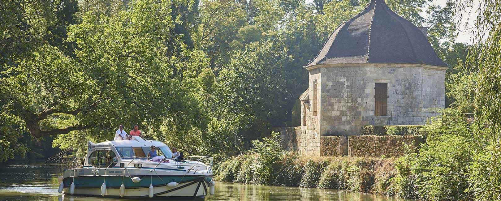 Relaxing holidays on the canal and river Baïse